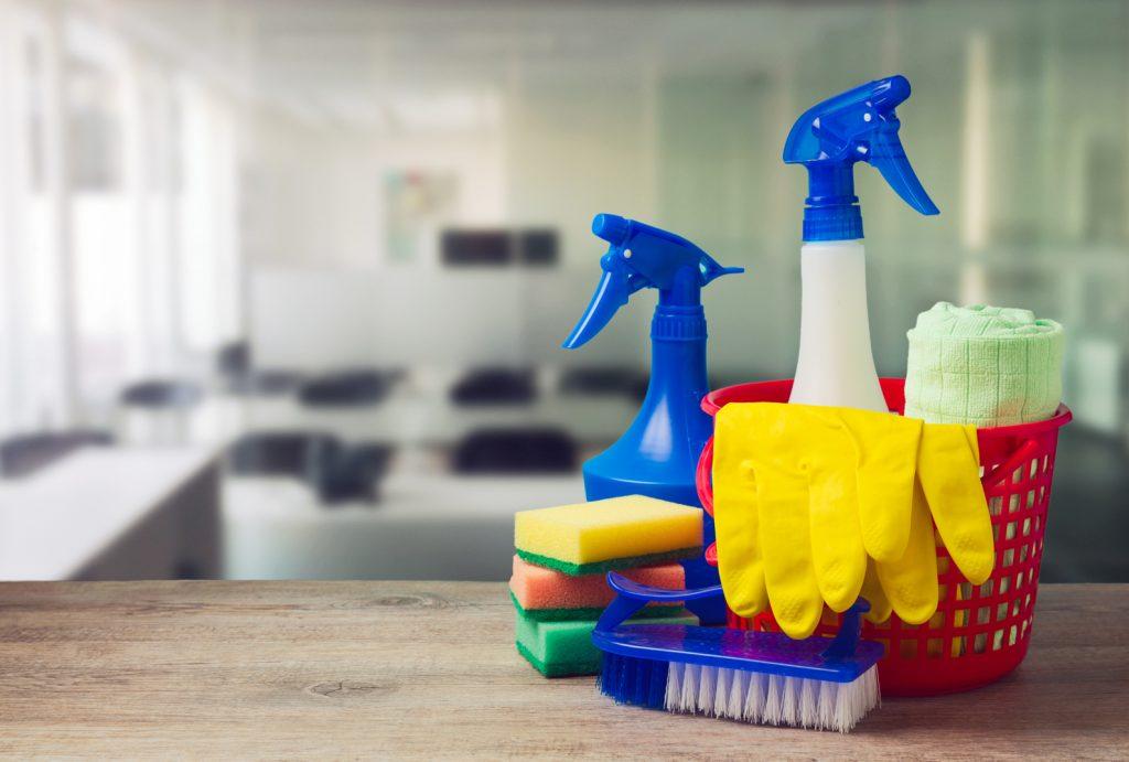 نظافت توسط خانم جوان