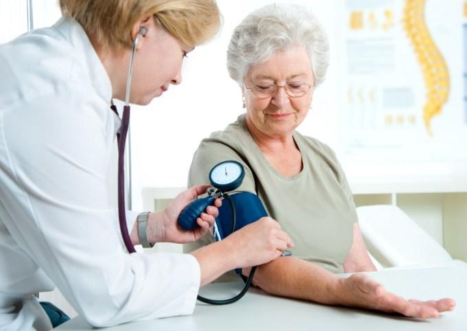 پرستار از بیمار در منزل